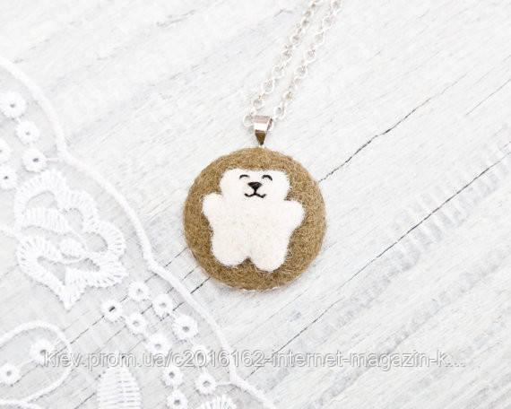 Кулончик ручной работы Медведь белый на светло-коричневом войлоке