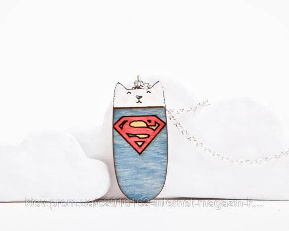 Кулончик ручной работы супер-герой бело-синий дерево