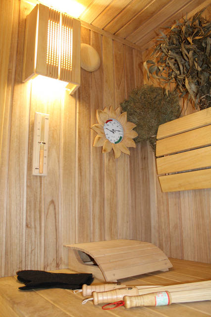 Дополнением любой бани будут декоративные элементы. В нашем случае ими стали термометр в обрамлении солнца (резьба ручной работы), ширмы на светильники, вешалка, декоративное дерево (резьба ручной работы), ручка на камине.