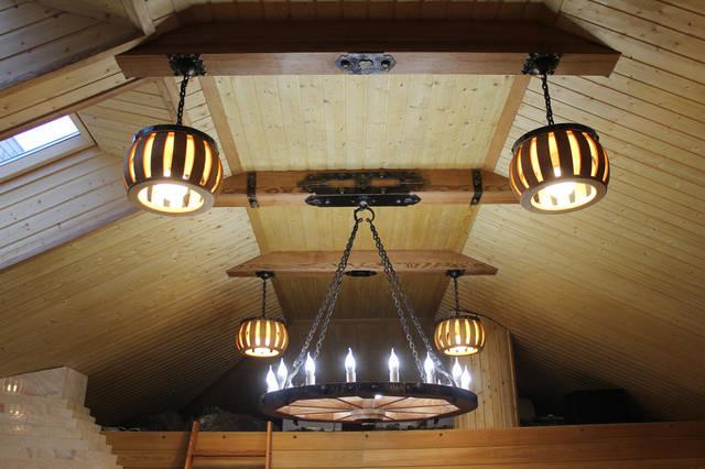 В изготовлении лампы использовались кованые элементы.