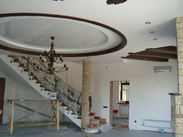 Массивные потолочные балки придают гостиной уникальность и свой неповторимый стиль.