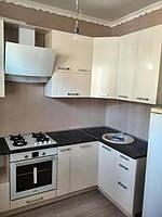 Угловая маленькая кухня с контрастом в фасадах и столешнице