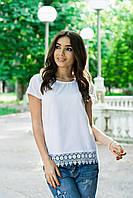 Белоснежная летняя женская блуза на короткий рукав декорирована понизу кружевом. Арт-6858/85
