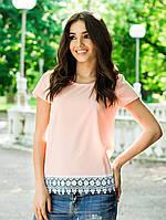 Нежно-розовая летняя женская блуза на короткий рукав декорирована понизу кружевом. Арт-6858/85