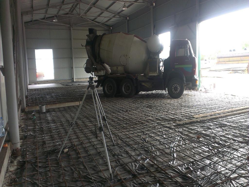 Из-за того, что поверхность была хорошо уплотнена, миксер мог спокойно кататься по арматуре (без разворотов, конечно). Подача бетона непосредственно на площадку крайне важна, ибо перетаскать его вёдрами от входа - дорого. Бетононасос - ещё дороже.