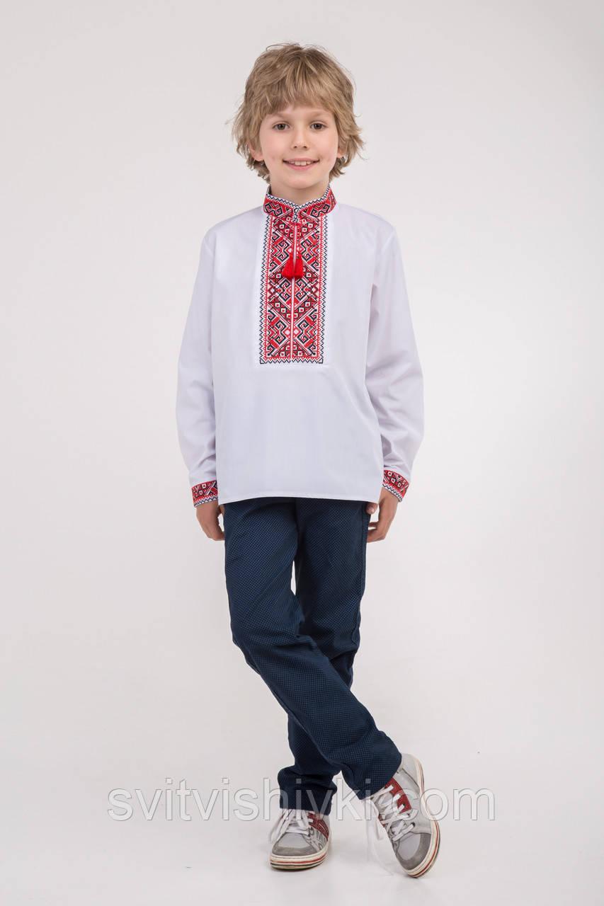 Вышитая сорочка на мальчика с красным орнаментом