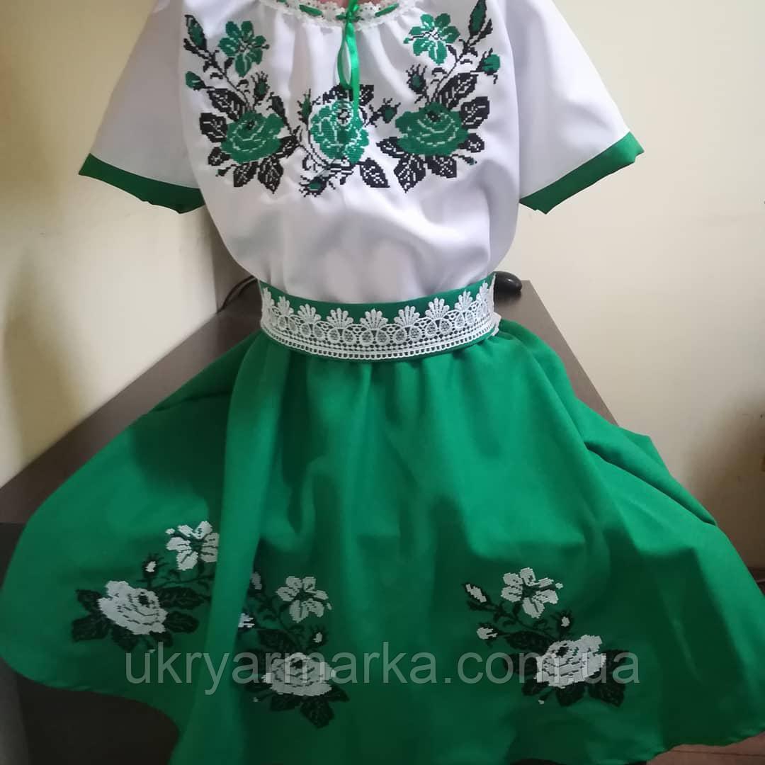 Нарядне та ошатне плаття для дівчинки з вишитими квітами. На шиї стягується  тоненькою стрічкою. Талію прикрашає пояс декорований мереживом. 0d679257cfc89