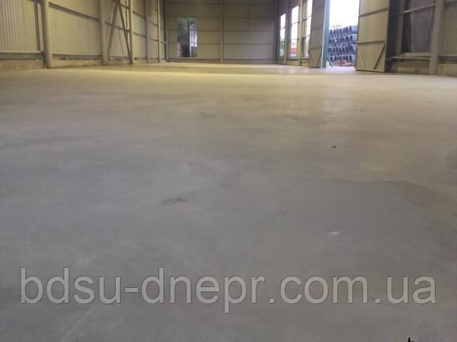 Шлифованный затирочной машиной бетонный пол в складском помещении