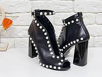 Единственные в своем роде Женские туфли с открытым носиком из натуральной кожи черного цвета, по линиям изгиба расшиты жемчужными полусферами в