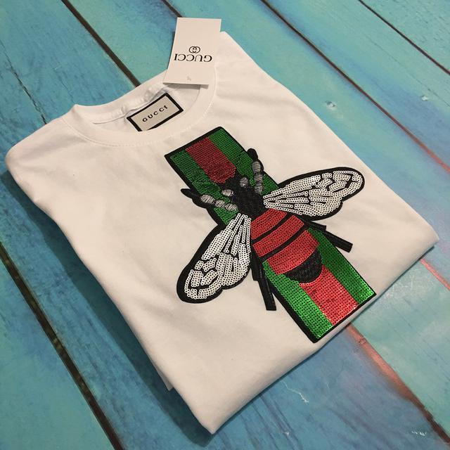 285cf94ff7b5 Футболка белая женская брендовая с патчем из пайеток Пчела от Gucci ...