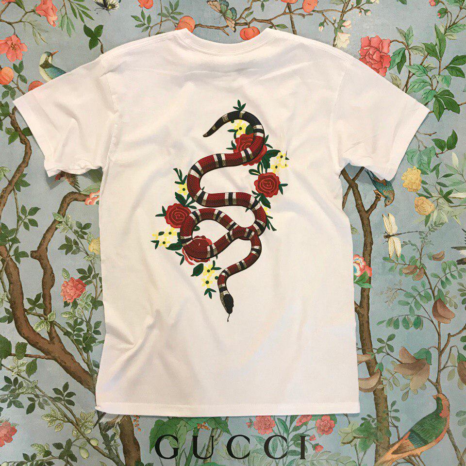6d1093a6bb61 Футболка белая женская брендовая с принтом Змея от Gucci Гуччи ...