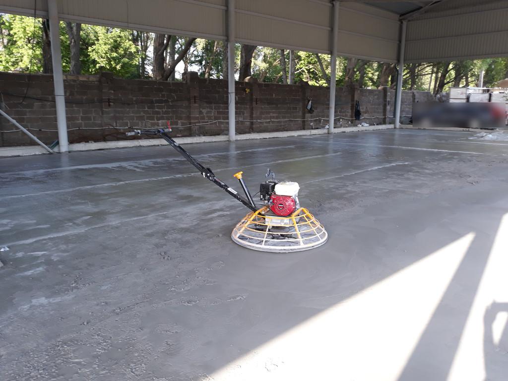 Устройство бетонных полов в ангаре, с затиранием вертолётом.