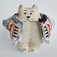 Ванильный кот в кожушке сидячий. Украинский сувенир.