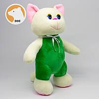 Кошечка игривая в зеленом комбинезоне мягкая игрушка