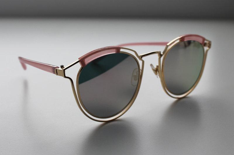 Солнцезащитные женские очки с фигурной металлической оправой