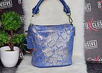 Красивая кожаная женская сумка с лазерным принтом змеи. Синяя.