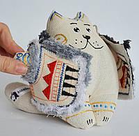 Ванильный кот в кожушке сидячий. Новогодний сувенир.