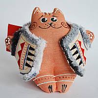 Ванильный рыжий кот в кожушке сидячий. Украинский сувенир.