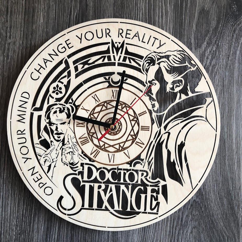 Настенные часы из дерева в интерьер «Доктор Стрэндж»