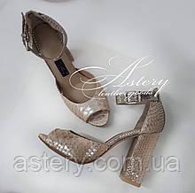 Женские золотисто-пудровые босоножки из питона на высоком каблуке