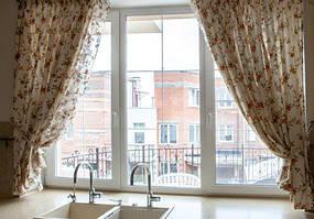 Пластиковое окно трехстворчатое  Rehau Brillant