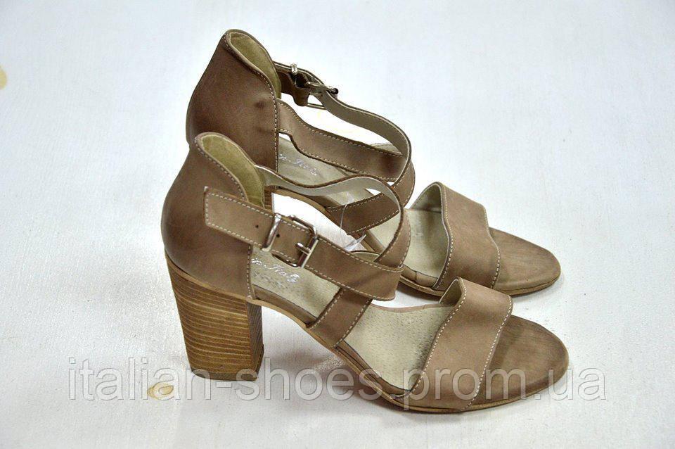 Бежевые босоножки на толстом каблуке Donna Italia