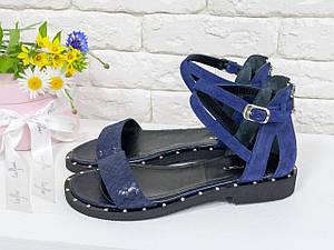 Босоніжки жіночі на низькому ходу зі шкіри синього кольору з текстурою пітон і м'якою синьою замші. Розмір 36-41