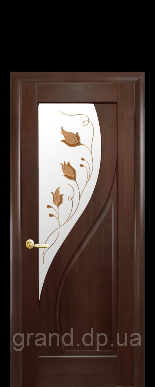 Межкомнатная дверь  Прима ПВХ DeLuxe со стеклом и цветным рисунком, цвет каштан