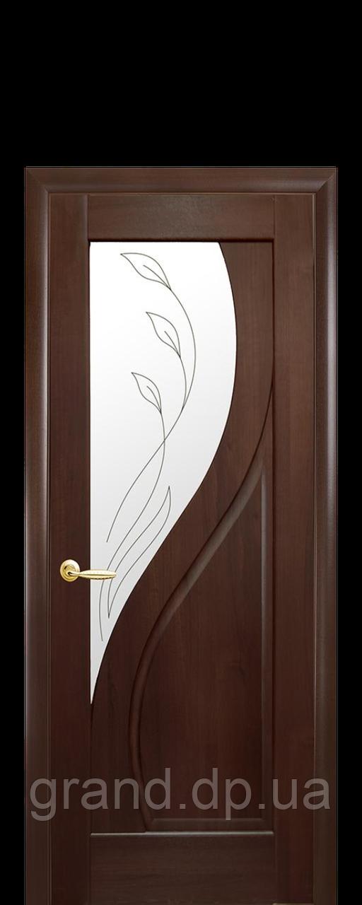 Межкомнатная дверь  Прима ПВХ DeLuxe со стеклом и матовым рисунком, цвет каштан