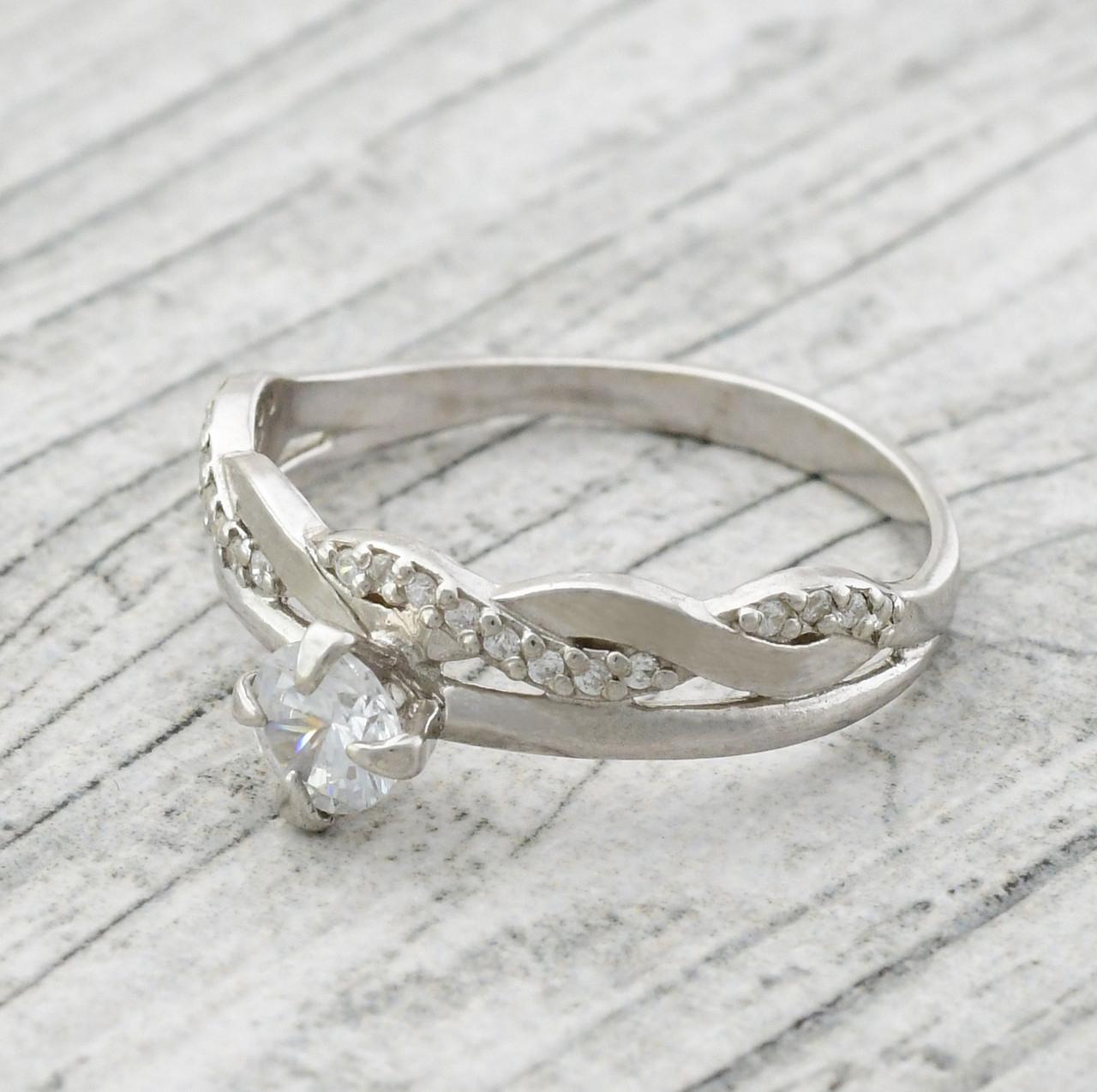 """Серебряное кольцо """"Сабрина"""", вставка белыефианиты, вес 2.4 г, размер 17"""