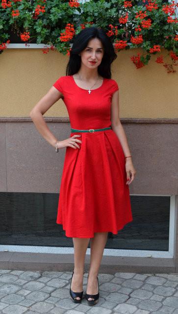 Лаконичное красное женское платье