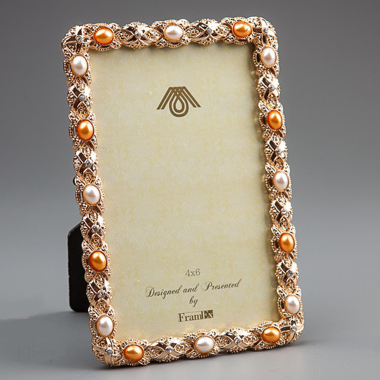Золотистая фото-рамка с жемчугом.