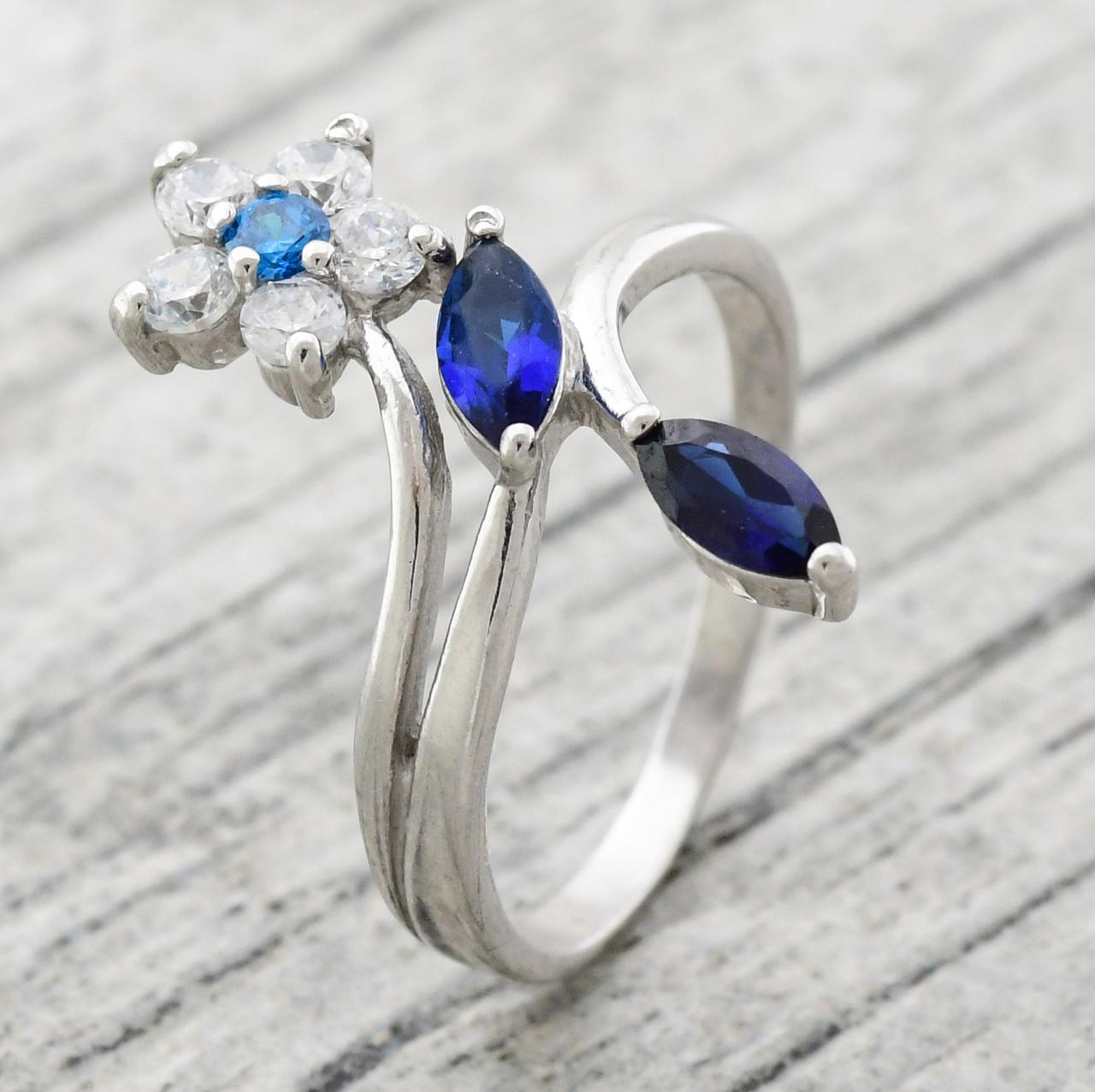 """Серебряное кольцо """"Кокетка"""", вставка синие, голубые и белые фианиты, вес 2.6 г, размер 17"""