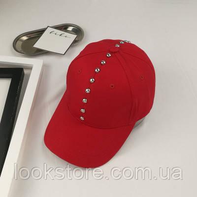 Женская кепка с заклепками красная