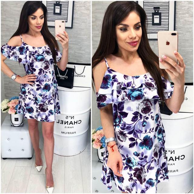 Платье короткое ,летнее  с воланом, модель 102,  фиолетово-синии розы на белом фоне