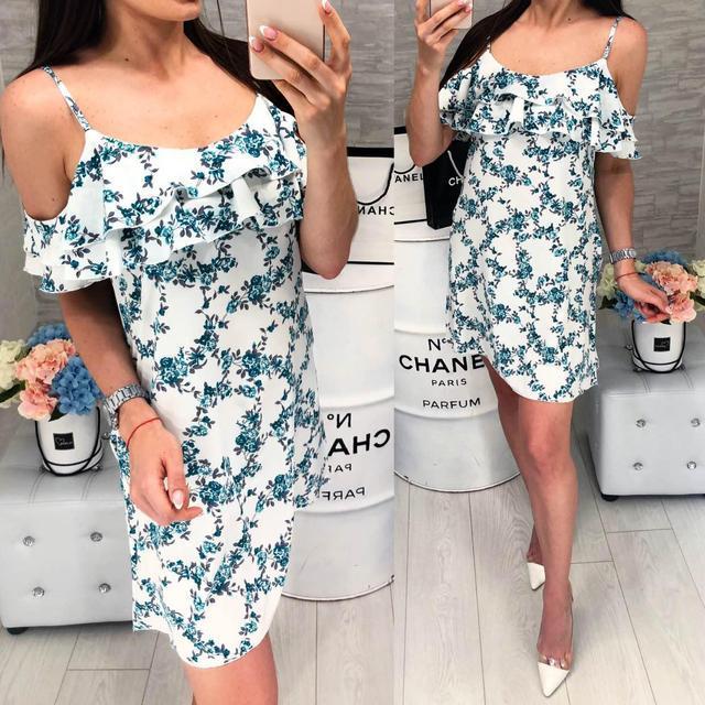 Платье короткое ,летнее  с воланом, модель 102, мелкие изумрудного цвета ,цветочки на белом фоне