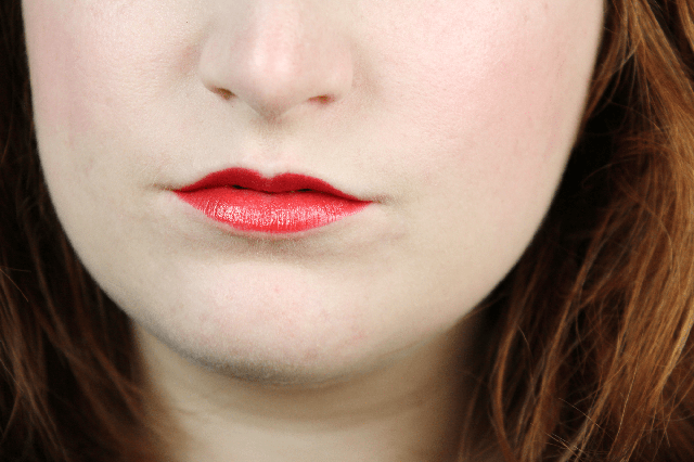 помада L'Oréal Paris Colour Riche British Red №350 свотч