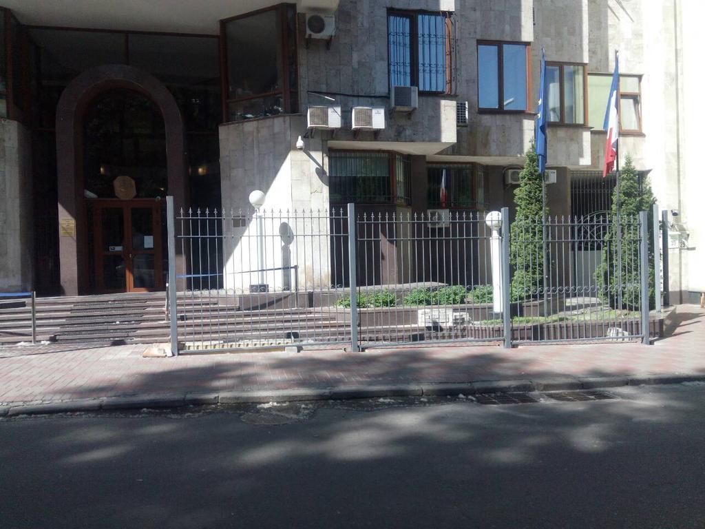 Откатные ворота, забор металлический (Киев, Посольство Франции в Украине)