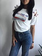 Женская футболка с принтом и декором по плечу, в расцветках. КО-4-0618