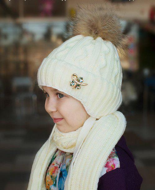 Зимняя шапка для девочки, внутри полностью на флисе.Мех енот натуральный.