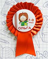 """Закатной значок круглый """"Першокласниця"""" на красной розетке"""