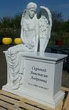 Статуи ангелов на кладбище. Скульптура Скорбящий ангел сидящий на тумбе из литьевого камня, фото 7