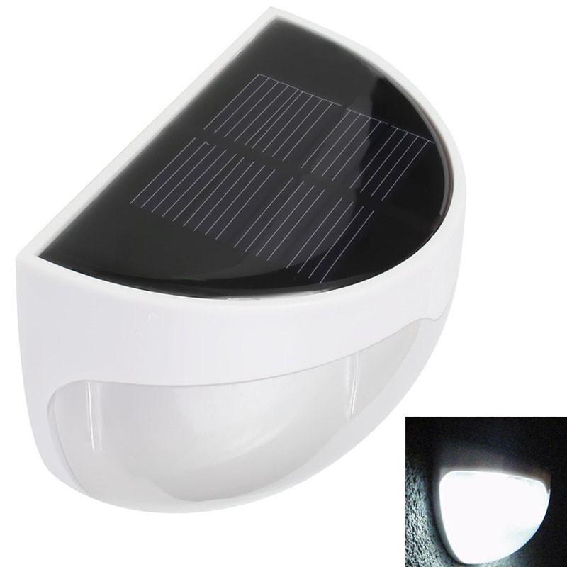 Водонепроницаемый светильник с солнечной панелью для наружного освещения.