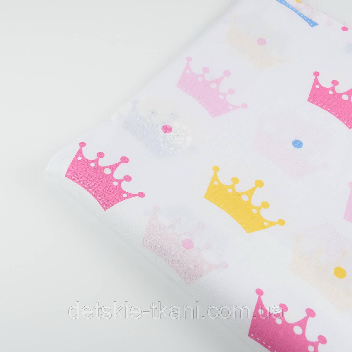 Лоскут ткани №102  с разноцветными коронами на белом фоне размером