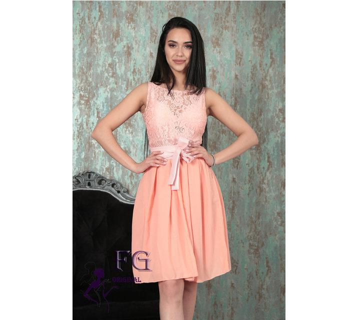 Нарядное гипюровое платье с поясом-бантом и пышной юбкой персиковое
