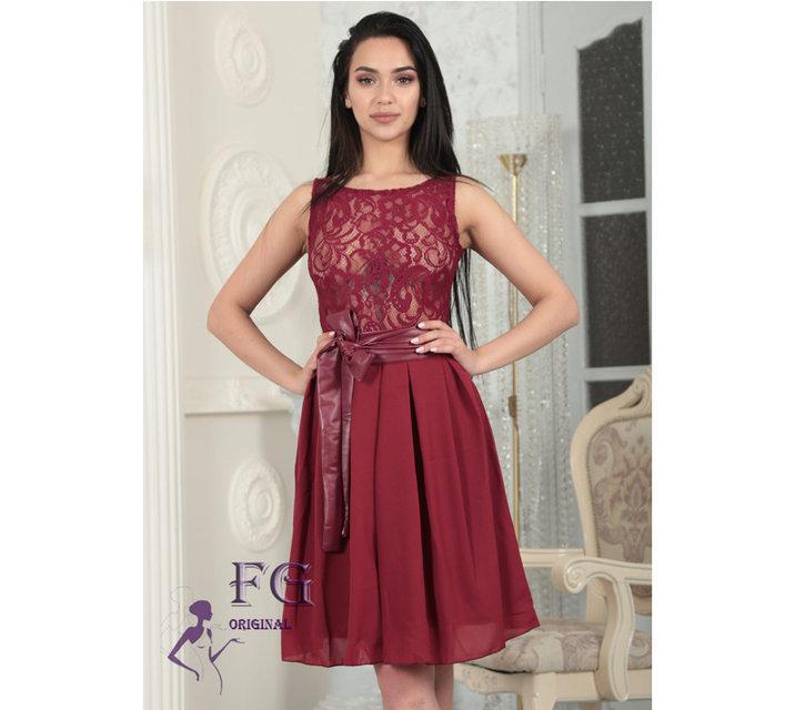 Выпускное приталенное платье с поясом из эко-кожи без рукавов бордовое