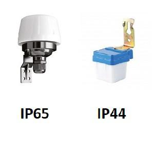 Фотография сравнения внешнего вида датчиков освещения (фотореле) для установки внутри помещения (IP44) и снаружи помещения (IP65)
