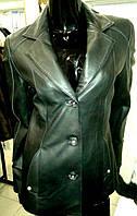 Черная удлиненная кожаная куртка - пиджак, на пуговицах