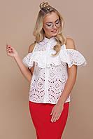 Женская белая блузка без рукавов с оборкой на плечах из прошвы