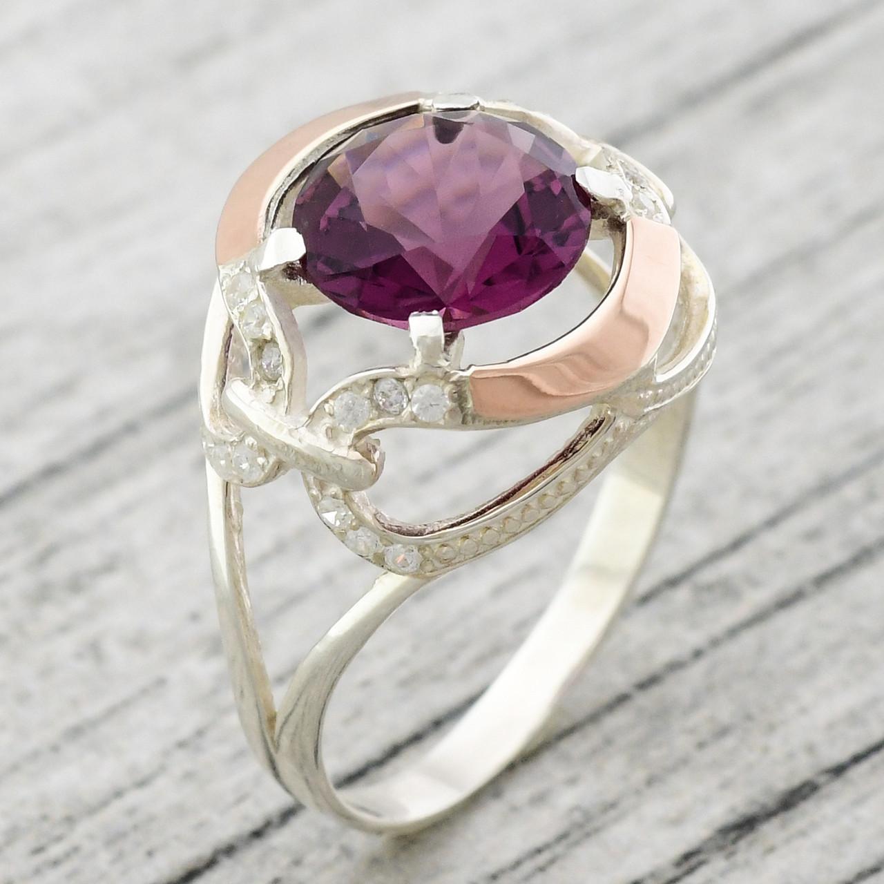 """Серебряное кольцо с золотыми пластинами """"Анжелика"""", вставка фиолетовый и белые фианиты, вес 4.06 г, размер 21"""